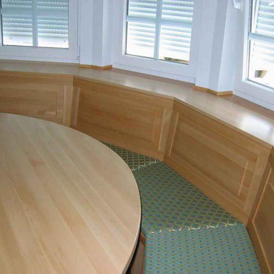 maßangefertigte Eckbank und Tisch in einem Erker